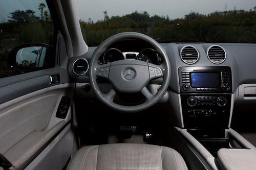 奔驰车,但仍然不习惯车内一些反常规的设计,比如雨刮器的开关和方向灯