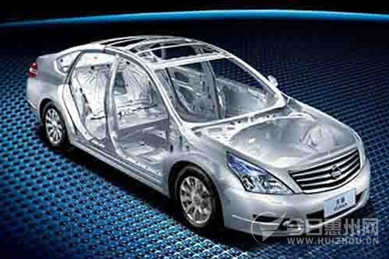 日产新天籁与老款车型最大的区别在于采用了全新的日产D平台,因此新天籁的车身结构设计与材料选用也相对于FF-L平台更胜一筹。新款天籁超高钢性车身,车身强钢比例高达1/3,配合ZONE BODY车身结构优化,提供同级之中最高限度的撞击保护。  图1:日产新天籁与老款车型最大的区别在于采用了全新的日产D平台,因此新天籁的车身结构设计与材料选用也相对于FF-L平台更胜一筹 详解新天籁车身结构与材料 日产称新天籁的车身结构为Zone Body区域车身,它将车身分成撞击缓冲区域和安全保护区域。在设计理念上,日产Zon