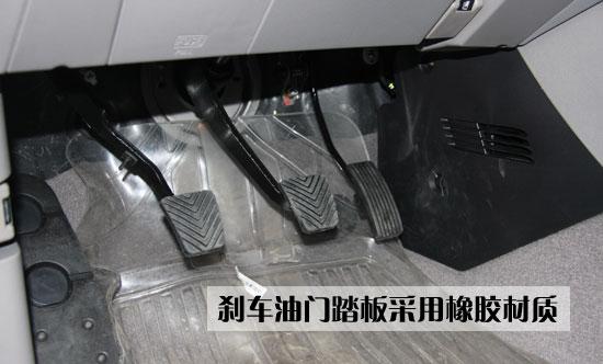 配车型配备了音响控制键,各个按键都比较精致,局部做工也比较精细。蓝色的中控台表面配合蓝色底光的仪表盘和空调旋转调节按钮,给人非常自然的感觉。  三菱Zinger君阁这款车采用五速手动变速箱,换挡把手采用塑料材料,看上去略显粗糙。  这款车的手刹设备依然采用传统的手拉式设计,手刹表面采用塑料材料包裹,使用力度适中,而且位置准确,一步到位。  三菱Zinger君阁的刹车油门踏板采用宽