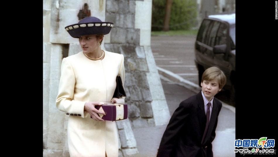1992年威廉与母亲戴安娜出席教堂活动-威廉王子升级做爸爸 与戴安娜