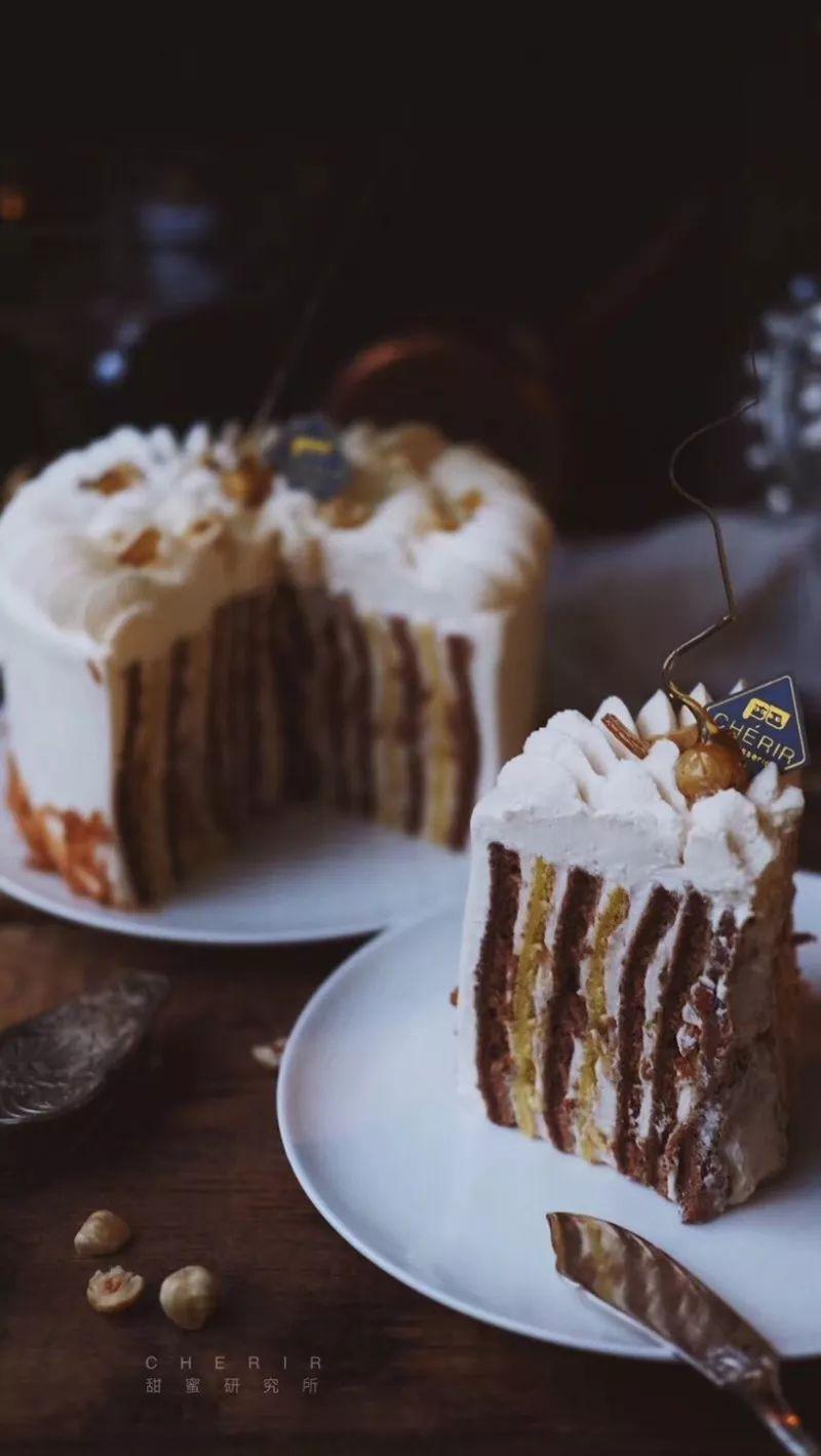 从小巧精致的马卡龙到口味繁多的羊角面包,从美味可口的闪电泡芙到酥脆诱人的千层酥,琳琅满目的甜品,浸润着法国人天性浪漫的基因,成为了女孩心中的爱。       去不了甜美的巴黎品尝治愈人心的甜品,会长将私藏的四家法式甜品店贡献给大家,让你在成都甜蜜一夏。   品尝前你需要了解的事儿   Tips   经典的法式甜品不止甜品店常见的马卡龙、拿破仑、提拉米苏、泡芙、浮云卷、慕斯蛋糕、柠檬挞,还有玛德琳、蒙布朗、欧培拉、舒芙蕾、焦糖布丁、可露丽、布列塔尼等。   Pierre Herm、Pain de su