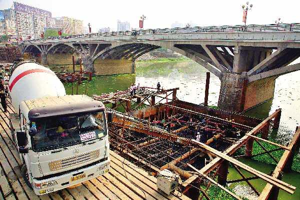 市区西枝江桥改造工程目前已经完成水下基础部分建设 本报讯(记者郑娜)记者昨日获悉,市区西枝江桥改造工程已完成水下基础部分建设,新建新桥和下埔高架桥预计今年11月初建成通车,建成后双向4车道,并预留人行通道。新桥通车后将对旧桥进行拆除,再建一座新桥,预计明年年底西枝江大桥全部完工。 已完成总工程量的35% 据介绍,市区西枝江桥改造工程起点接麦科特大道,经高架桥跨越下埔大道交叉后,连接西枝江大桥,横跨西枝江,与东湖西路相接。改造项目包括拆除老桥和新建新桥两部分。其中拆除的旧桥为每孔跨径为40米的5孔钢架拱桥