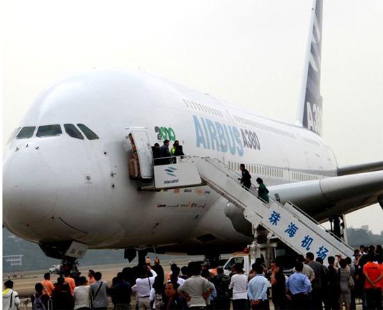 今天上午10时左右,在第八届珠海航展开幕的前一天,备受瞩目的空中巨无霸空客A380在人们的一片赞叹声中飞抵珠海。中广军事记者彭洪霞摄 中广网珠海11月15日消息(记者彭洪霞)今天上午10时左右,在第八届珠海航展开幕的前一天,备受瞩目的空中巨无霸空客A380在人们的一片赞叹声中飞抵珠海,并于11月16日和17日进行静态展示和飞行表演。这是2008年首次在珠海航展亮相之后,A380第二次亮相珠海航展。 空中客车A380(Airbus A380)是欧洲空中客车工业公司研制生产的四发550座级超大型远程宽