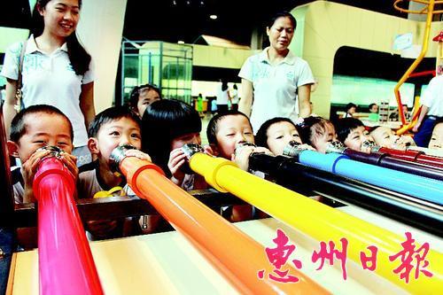北师大附属幼儿园的师生在参观惠州科技馆