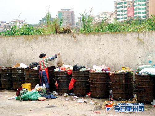 小区物业为何将垃圾桶放置在露天