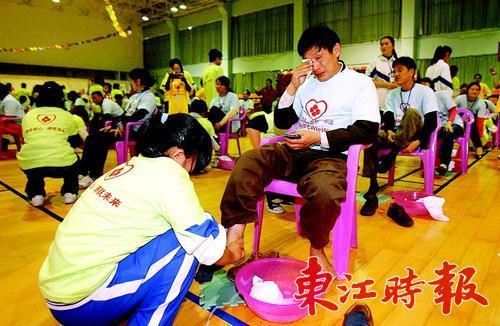 学生为父母洗脚. 东江时报记者  摄 -懂得感恩 才容易获得幸福