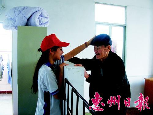 青年志愿者看望敬老院老人.-文化东高 源深行远 探究教育内涵