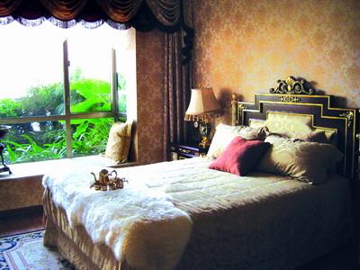 想要为客厅增添暖意,星艺装饰设计总监何焱生建议可更换客厅的窗帘和