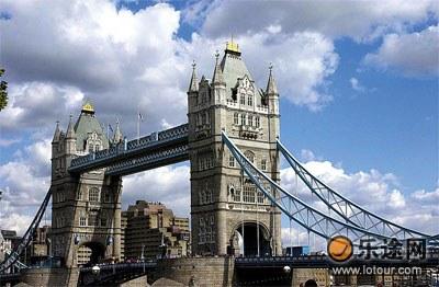 位于泰晤士河上伦敦塔桥