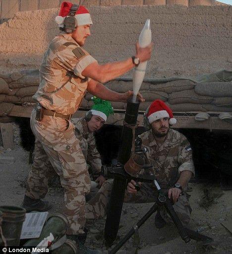 圣诞帽 塔利班 英军 组图/塔利班袭击,英军士兵来不及把圣诞帽换成钢盔就投入了战斗。