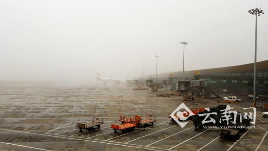 昆明机场阵雨伴有大雾 致94架次航班延误