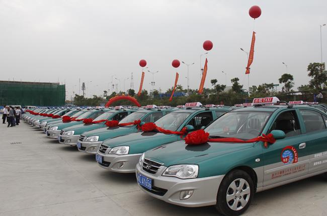 小汽车出租公司交付的新款北京现代伊兰特cng油气两用车.记高清图片