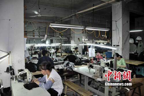 普遍格局是——中间是生产车间,密密麻麻放满缝纫机等服装加工工具