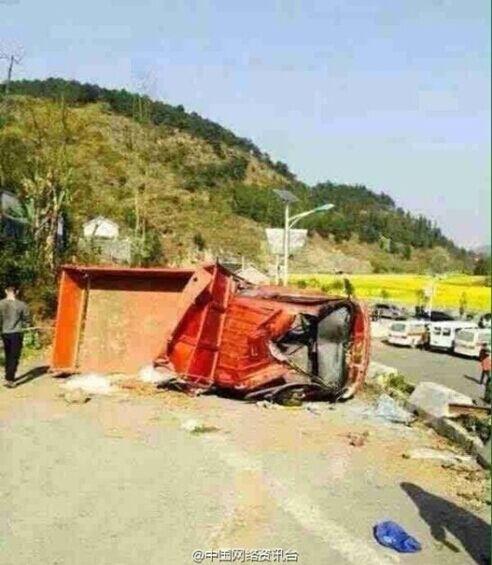 贵州兴仁一辆小货车侧翻 造成11死19伤图片