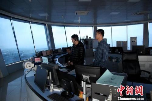 """图为塔台管制室内,管制员正在""""指挥""""飞机"""