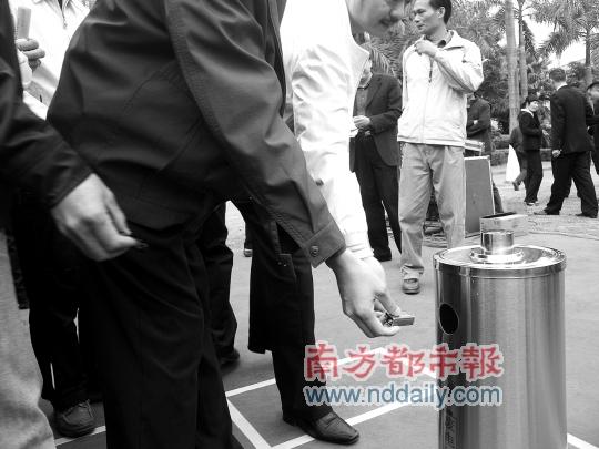 市民将收集的废旧电池扔进专门的垃圾桶内