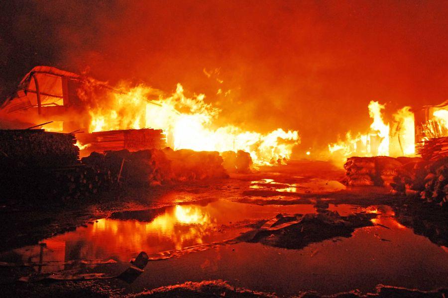 11月5日,江西九江市开发区阎家渡木材批发市场突发大火。    九江市消防支队接到火警先后出动数十辆消防车,100余名消防官兵赶赴现场开展灭火。据初步统计,大火已烧毁19家木材加工店,过火面积达8000余平方米,截止上午10时,明火已被基本扑灭。    目前,起火原因、人员伤亡和财产损失情况正在进一步了解和调查当中。    图为灭火现场。   11月5日,江西九江市开发区阎家渡木材批发市场突发大火。据初步统计,大火已烧毁19家木材加工店,过火面积达8000余平方米,目前明火已被扑灭。