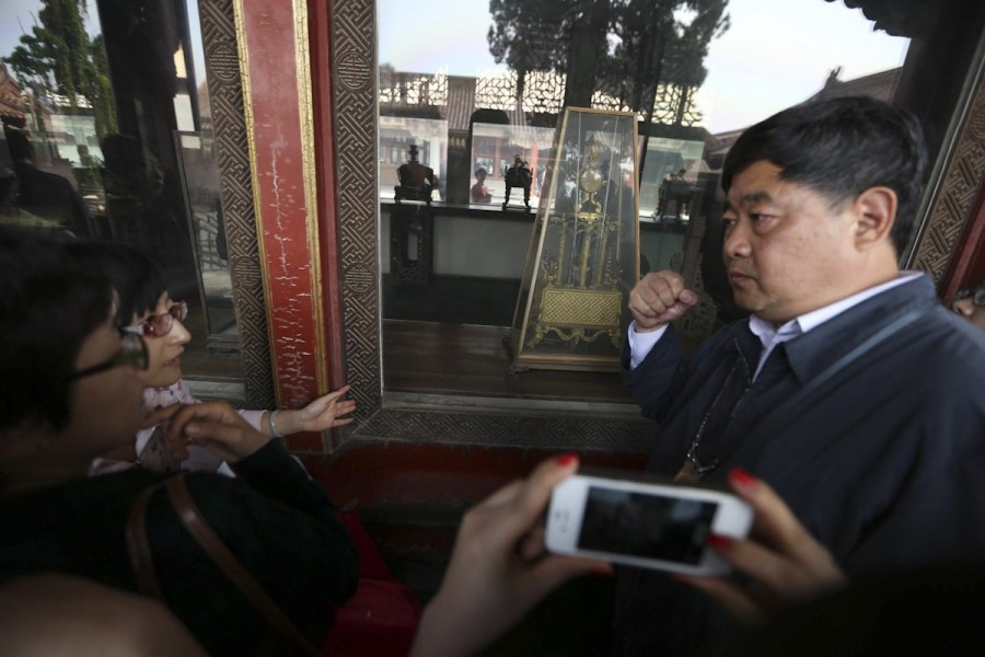 北京/5月5日,北京故宫被砸窗户更换防砸玻璃,展台中央少了损坏的...