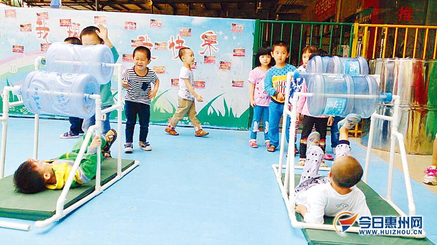 该幼儿园的余老师说,这是用来发展孩子的力气和锻炼孩子的平衡感.