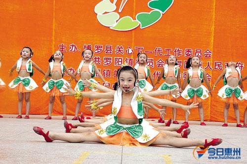"""小朋友表演节目庆祝""""六一""""国际儿童节"""
