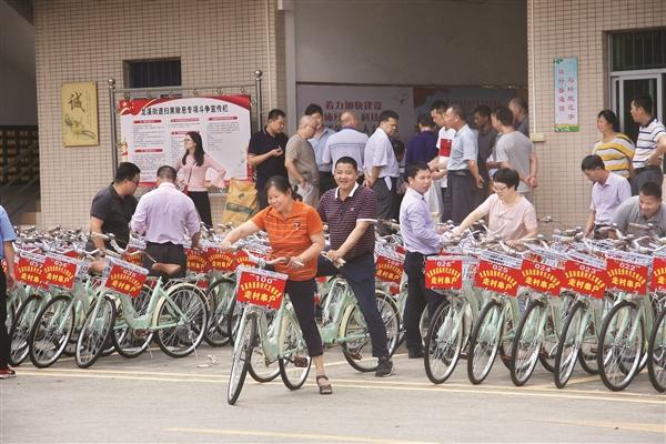 村(社区)干部领回自行车。