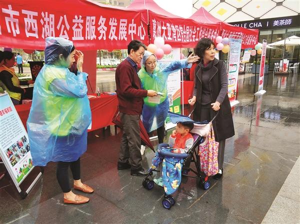 在社工宣传周活动中,社工向市民讲解社工服务。