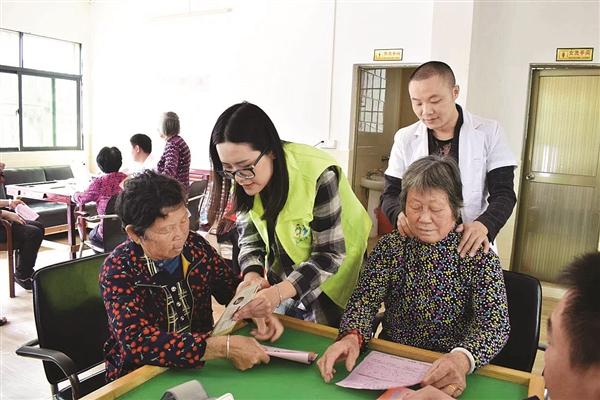 李彩云(左二)开展关爱老人的社工服务。