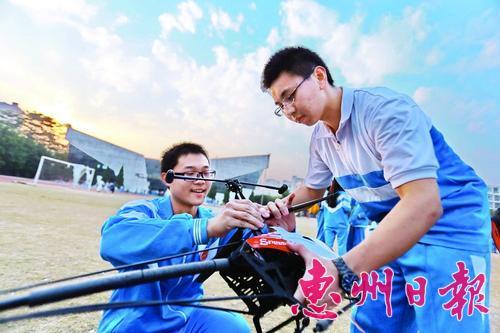 一群高中生省下零花钱玩航模网淘配件自己组高中云阳县图片