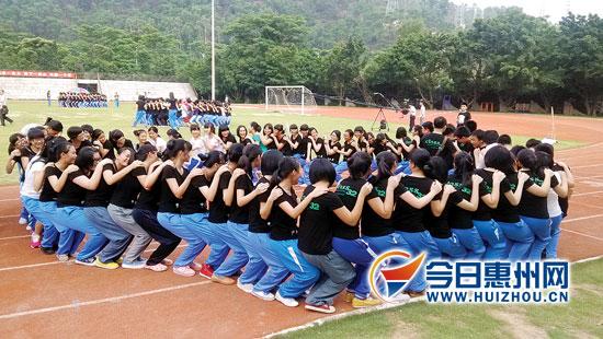 学校举行团体心理训练活动 2千高考生游戏减压