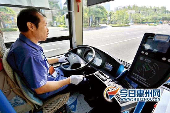 惠州公共汽车-《东江时报》记者杨建业 摄-惠州自动挡公交上路 噪音不大还节能高清图片