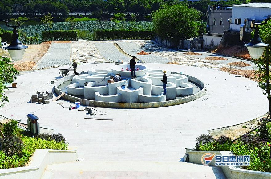 莲花山公园的入口广场有一个荷花状的大型喷水池.