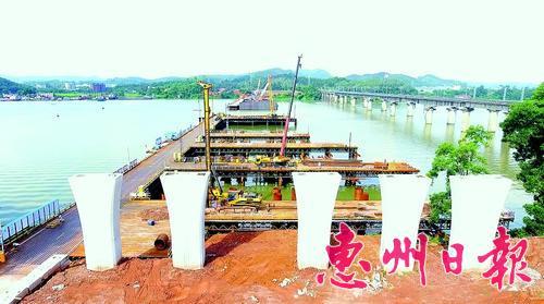 惠新大道跨东江大桥施工现场。