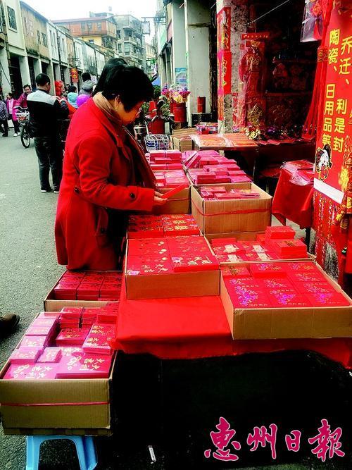 象征团圆喜庆的中国结,红灯笼,大红福字,春联等新年饰品纷纷被摆在