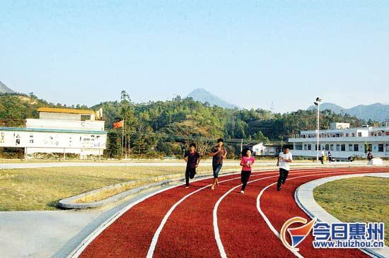 中学学生在塑胶跑道上跑步.-惠东在职教师提升学历可获奖励 博士