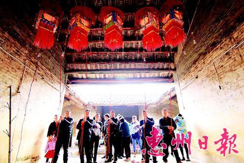 鹤湖村举行上灯仪式。本报记者黄宇翔 特约通讯员黄伟光 摄