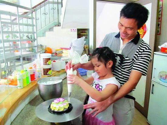 幼儿园做蛋糕亲子活动 图片