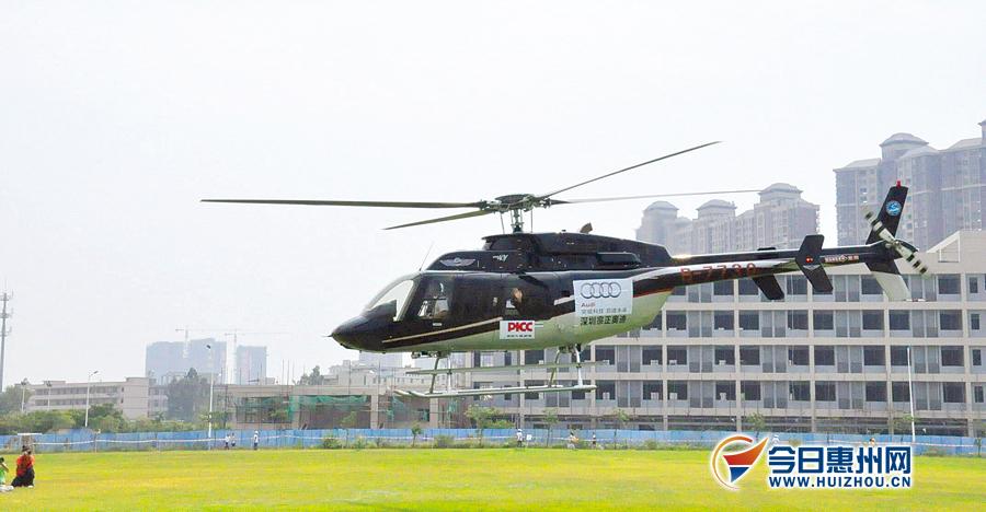 为迎接新同学,学院合作企业从深圳派了一架直升飞机空降校园,引起不小