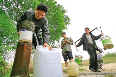 村民称井水咸苦喝了四年桶装水