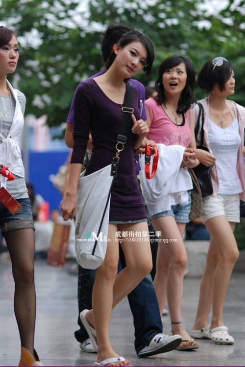 网友街拍对比成都重庆美女