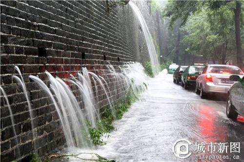 南京/南京一夜大雨 古城墙现瀑布