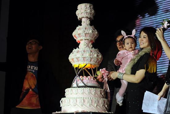 李湘为/李湘、王岳伦为女儿切蛋糕。