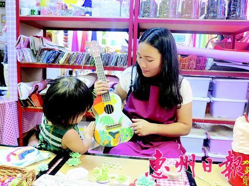 朱朱手工制作的尤克里里受到孩子欢迎.