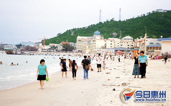 国庆黄金周期间,惠东巽寮海滩迎来众多游客.