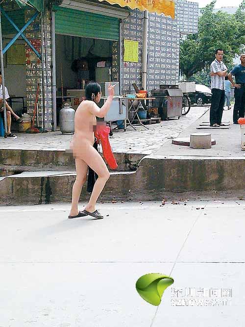 偷摘芒果被指责 女子一怒脱衣服