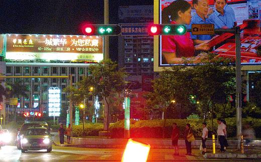 北路交会处的三岔路口红绿灯均因雨水侵蚀出现故障