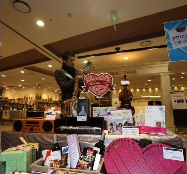 情侣 雅加达/2月13日,在印度尼西亚首都雅加达,一位华人店主展示情人节...