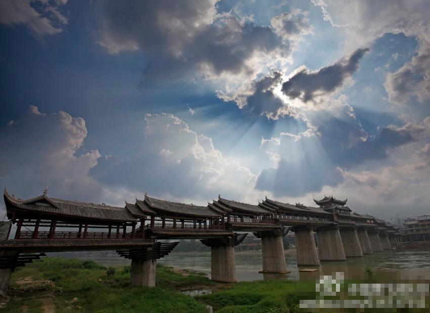 庆黔江亚洲第一风雨廊桥发生大火 经历风雨化为灰烬