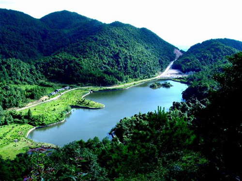 三百山位于江西省安远县东南部边境,属武夷山脉东段北坡余脉交错