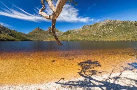 在《国家地理》评选世界最适合旅游的岛屿时   这里完胜海上天堂马尔代夫   打败了希腊圣托里尼   它是最接近南极的心形小岛   被称为世界尽头   又被叫做世界心脏的   塔斯马尼亚    它位于澳大利亚最南端   也是澳洲最小的一个洲   拥有全球最洁净的空气    塔斯马尼亚,一个熟悉又不熟悉的名字,你知道它的存在,却又不像大堡礁一样为人熟知,只因为塔斯马尼亚州是澳大利亚六个州中最小的一个,是唯一一 个人们可以用几天就可转一圈的州。    这里有迷人的国家公园   摇篮山-圣克莱尔湖国家公