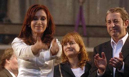 阿根廷执政联盟候选人、现任总统基什内尔的夫人克里斯蒂娜·费尔南